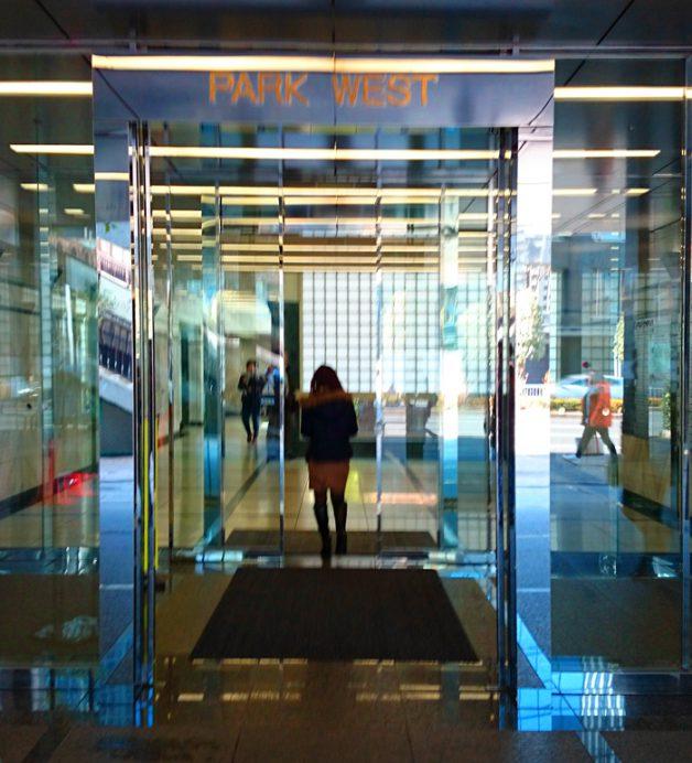 西新宿パークウエストビルの玄関