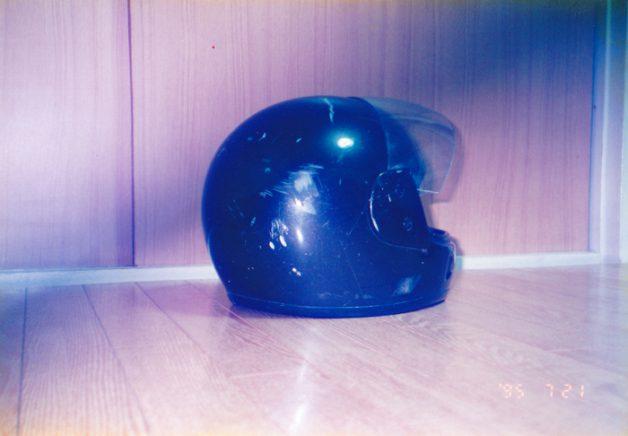 160Kmで転倒時、ヘルメットに付いた傷